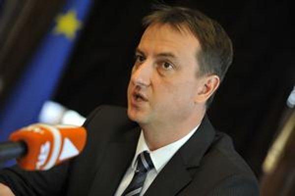 Pochybnosti o transparentnosti má aj minister kultúry Daniel Krajcer.