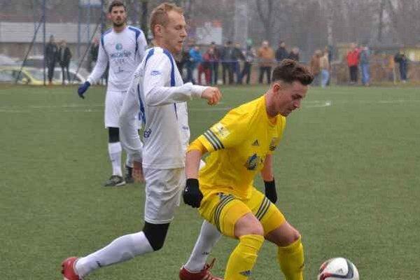 Prvýkrát skóroval za mužov. Mladík Pavol Bellás (vpravo) otváral skóre zápasu.