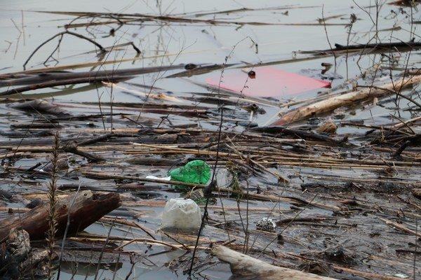 Naplavený odpad. Stáva sa každoročným problémom.