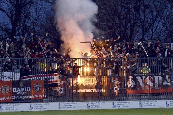 Zapálená svetlica vo fanúšikovskom sektore Spartaka Trnava.