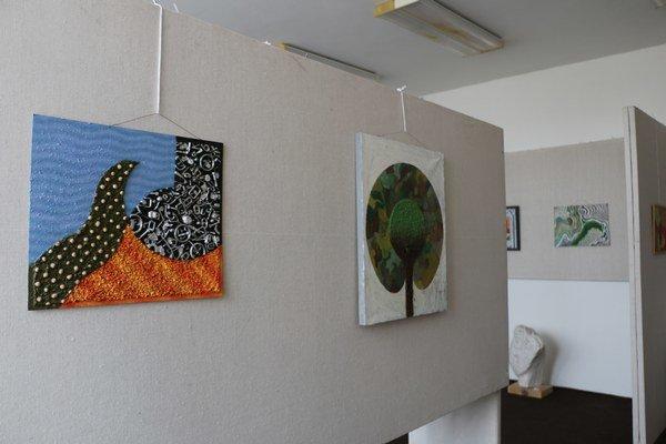 Obrazy plné farieb. Vystavené sú aj portréty akarikatúry.