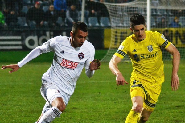 Prvýkrát si obliekol národný dres. Martin Koscelník (vpravo) nastúpil za slovenskú U21.