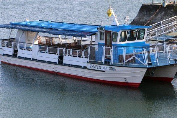 Výletná loď. Jej kapacita je približne 60 cestujúcich.