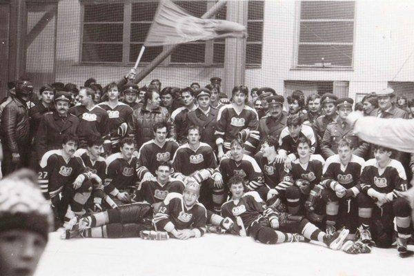 VTJ MEZ Michalovce – víťazné mužstvo I. SNHL vsezóne 1985/86. Snímka vznikla po poslednom zápase základnej časti súťaže, vktorom Zemplínčania doma remizovali sNitrou.