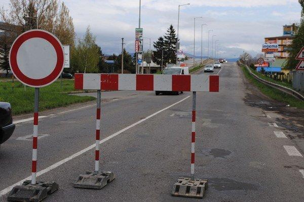 Križovatka pred nadjazdom. Premávka je odklonená na Pekárenskú ulicu.