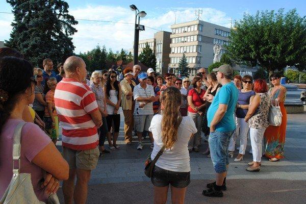 Špacirki po varošu. Medzi Michalovčanmi sú veľmi obľúbené. Piatkové sa začali pred budovou radnice.