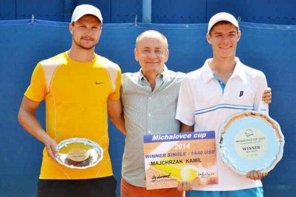 Riaditeľ turnaja s finalistami. Zľava F. Brtnický, T. Lešniak a K. Majchrzak.
