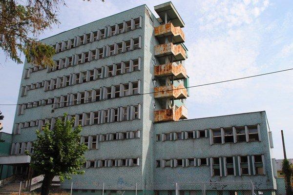 Chátrajúca budova veteriny. Sedemposchodový objekt chátra v centre Michaloviec už 14 rokov.