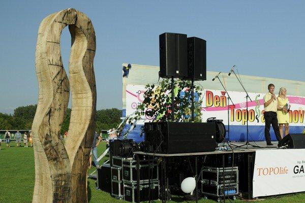 Symbol Topolian. Trojmetrová socha (vľavo) znázorňuje jednotu a súdržnosť Topoľančanov.