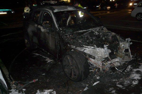 Luxusné auto neznámy páchateľ polial uprostred sídliska horľavinou a potom zapálil.