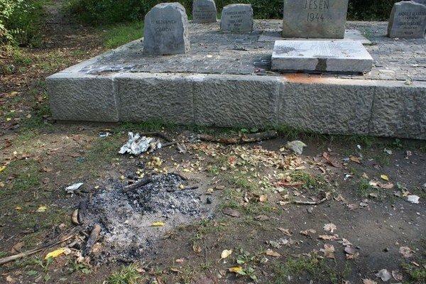 Pamätník na Bielej hore. Neznámi vandali ho pošpinili zvyškami jedla, ktoré nechali v lese po grilovačke.