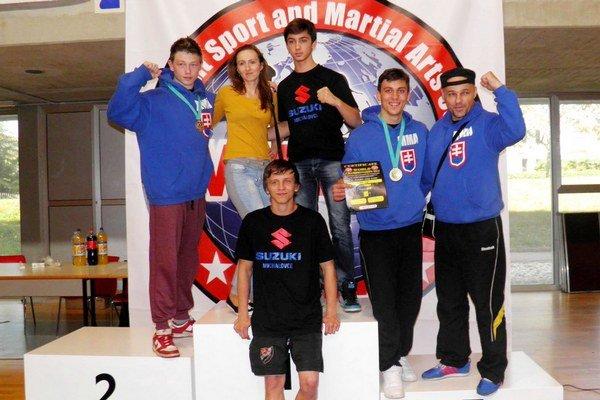 Úspešná michalovská výprava. Úplne vpravo je tréner Tibor Šimonič, vedľa neho vľavo je Dominik Engel.