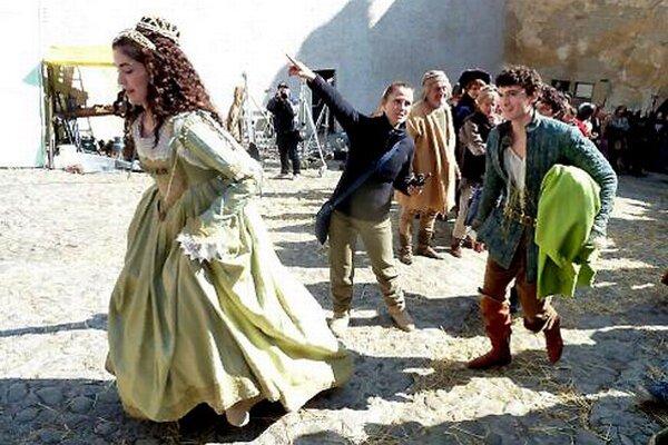 Láska na vlásku. Na kráľovskom hrade sa princ Matej cíti ako väzeň. Otec ho prinúti zasnúbiť sa s princeznou Beatrix, ktorú nemiluje. Rodinný, rozprávka, SR, 2014, 114 min., digitálna 2D projekcia, nevhodné pre maloletých do 12 rokov. Premietanie 22. – 23