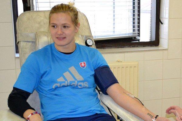 Premiéru zvládla. D. Horňáková včera prvýkrát darovala krv.