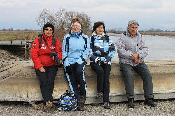Michalovskí turisti. Na Senianskych rybníkoch spoznávali okolitú prírodu a pozorovali aj vtáky.