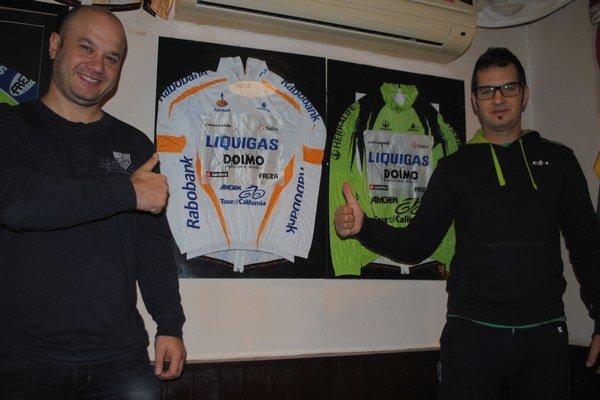 Cenné dresy. Súčasťou zbierky sú originálne dresy úspešného cyklistu Petra Sagana, ktoré daroval jeho osobný masér Maroš Hlad (vpravo). Na snímke so zberateľom Milanom Vasiľom.