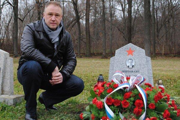 Vnuk pri hrobe deda. Rus Alexander Kuchtarov pri hrobe svojho deda, ktorý padol v II. svetovej vojne 9. decembra 1944. Dedov hrob vypátral pred 4 rokmi.