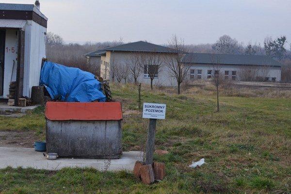 Miesto ťažby. Soľanka sa vyťaží v ložisku pri obci Zbudza. Odtiaľ povedie potrubím na spracovanie do prevádzky, ktorá sa bude nachádzať v areáli Chemka Strážske.