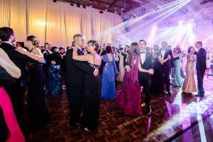 Zábava v plnom prúde. Reprezentačný ples mesta Michalovce patrí medzi najprestížnejšie akcie v regióne. Na parkete sa zabávalo takmer 300 ľudí.