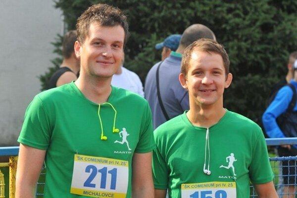 Jarný beh Michalovčanov. Pretek je určený všetkým, ktorí majú záujem o aktívny životný štýl. Na snímke bežci Martin Macko (vľavo) a Matúš Urbančík.