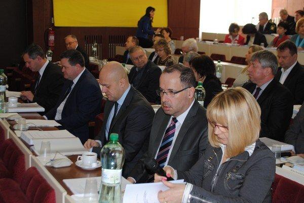 Michalovskí poslanci. Odsúhlasili predaj 275 akcií mesta v Prima banke Slovensko, a. s.  Za balík akcií zinkasuje mesto 165-tisíc eur.