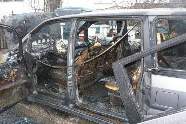 Zhorené auto. Príčinou požiaru bola technická chyba na elektroinštalácii vozidla.