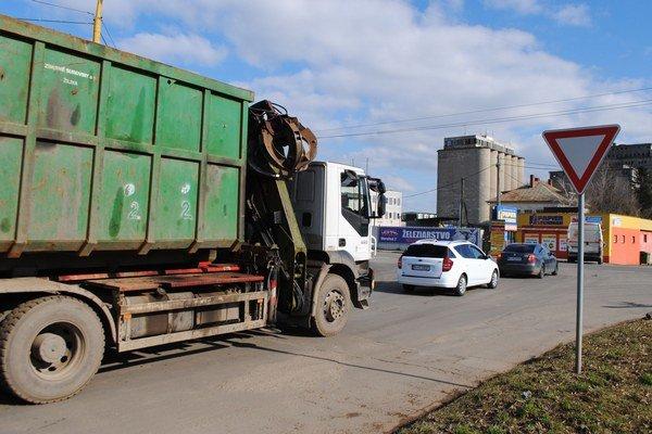 Frekventovaná križovatka. Spája cestu I. triedy s Priemyselnou ulicou v Michalovciach. Dostať sa autom z priemyselnej zóny je náročné hlavne ráno a popoludní.