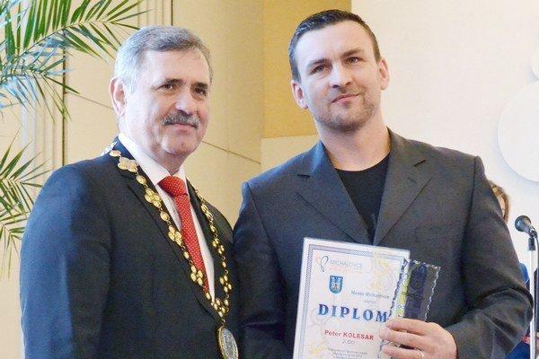 Ocenený džudista. Peter Kolesár (vpravo) s primátorom Viliamom Zahorčákom.