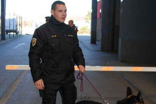 Colníci na východnej hranici. Služobných psov, ktorí sú vycvičení na vyhľadávanie drog a pašovaných cigariet, si vodia domov.
