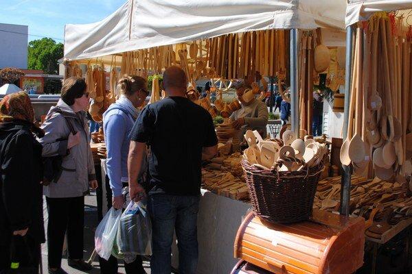 Ulička remesiel. Návštevníci mohli počas jarmoku obdivovať výrobky a práce rezbárov, maliarov, hrnčiarov a keramikárov.
