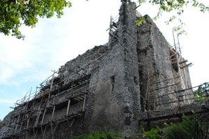 Hrad nad obcou Vinné. Najbližších šesť mesiacov bude pokračovať rekonštrukcia paláca.