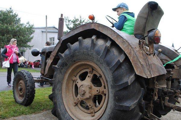 Ťažké stroje a deti. Vystavené traktory lákali hlavne najmenších návštevníkov traktorparády.