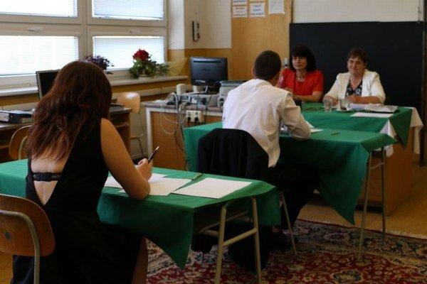 Maturanti z Obchodnej akadémie. Boli podľa riaditeľky Anny Brhlíkovej pripravení veľmi dobre.