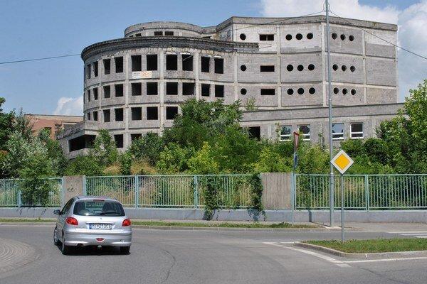 Rozostavaný pavilón. Pôvodne mal byť centrom michalovskej nemocnice, namiesto toho chátral 18 rokov. V pondelok ho začali búrať.