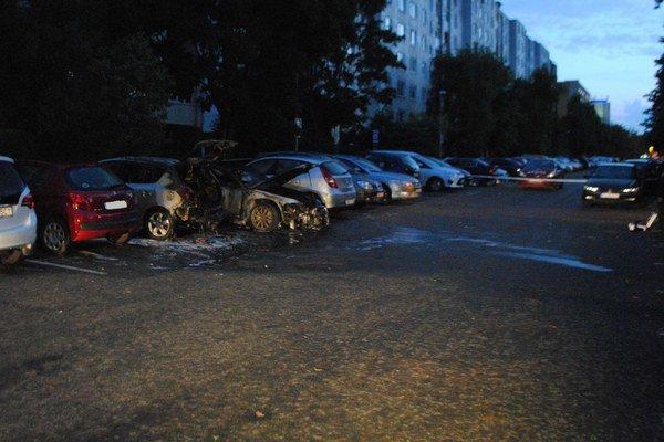 Zhorené autá. V Michalovciach v pondelok ráno podpaľač zapálil Audi A6. Plamene poškodili aj ďalšie tri autá. Kia a audi zhoreli do tla.