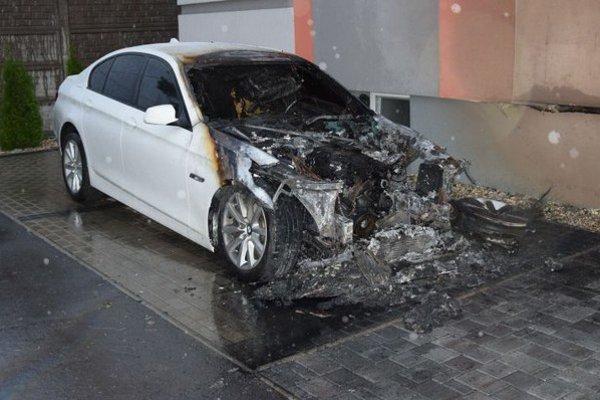 Zhorené BMW. Neznámy podpaľač ho zapálil v stredu po tretej hodine ráno na ulici Cyrila a Metoda v Michalovciach.