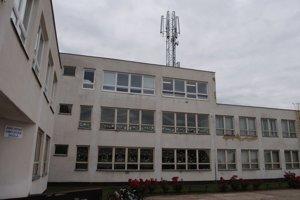 Základná a materská škola. Navštevuje ju 190 detí. Od apríla majú nad hlavami technologické zariadenie s 9–metrovou anténou mobilného operátora.