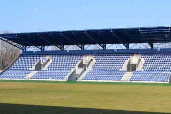 Futbalový štadión. Po postupe MFK Zemplín Michalovce medzi slovenskú  elitu  bude musieť miestna samospráva zrealizovať viaceré nevyhnutné investičné akcie.