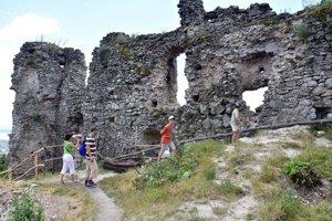 Na hrade nad obcou Vinné v okrese Michalovce sa aj v tomto roku pracuje na jeho záchrane.