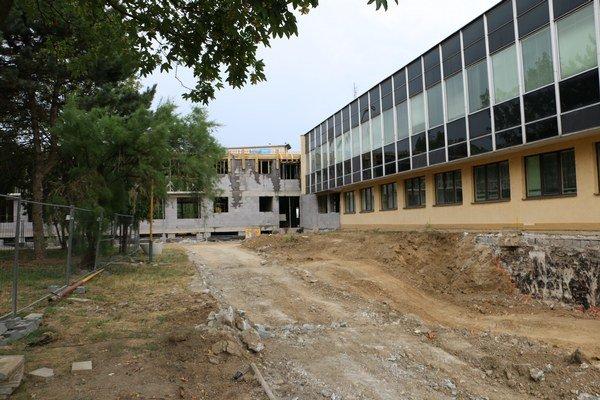 Rekonštrukcia Okresného súdu v Michalovciach. Termín odovzdania prístavby do užívania je k 30. novembru 2015.