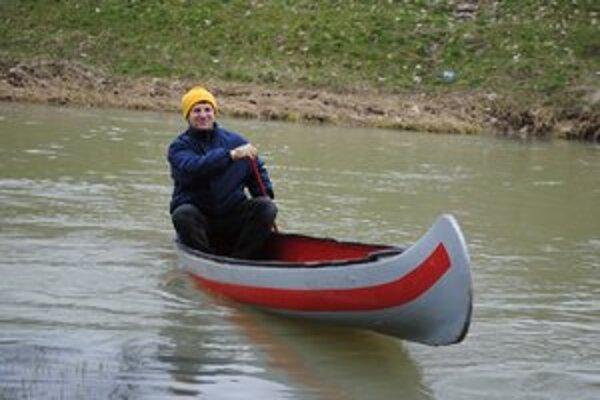Splavovanie riek. Michalovčania už odomkli vody zemplínskych riek. Ako prvý sa plavil po Laborci na kanoe Pavol Hajduk.
