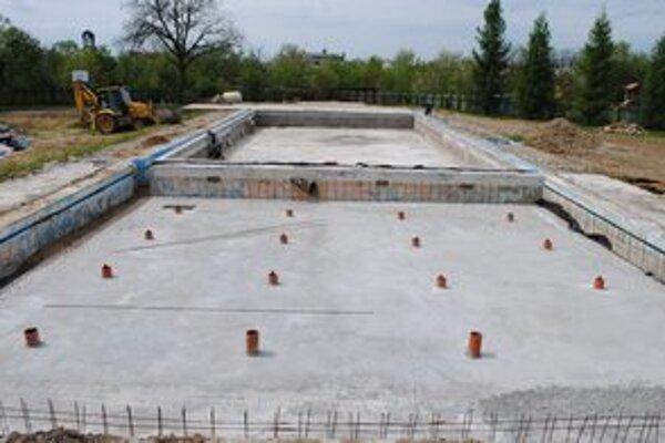 Hlavný bazén. V prevádzke by mal byť od 29. júna. Veľkosť bazénu a hĺbka sa zníži na úkor strojovne a strojnotechnologickej časti.