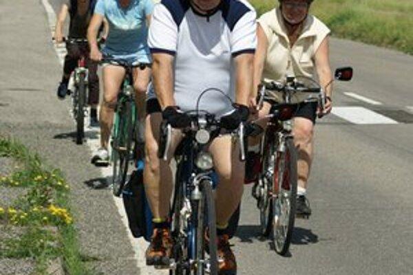 Cyklotúra okolo Šíravy. Michalovskí turisti prešli na bicykloch 40 kilometrov.