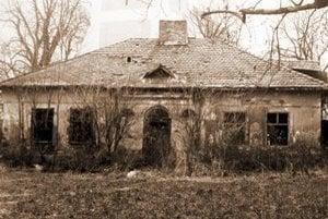 Škola v Pozdišovciach. Fotografia je z roku 1986. Budova školy dnes už neexistuje. Pre zlý technický stav ju obec zbúrala.