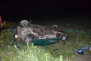 Salto. Mladý šofér sa vo vysokej rýchlosti dostal do priekopy. Aj keď auto zdemoloval, von vyšiel po vlastných.