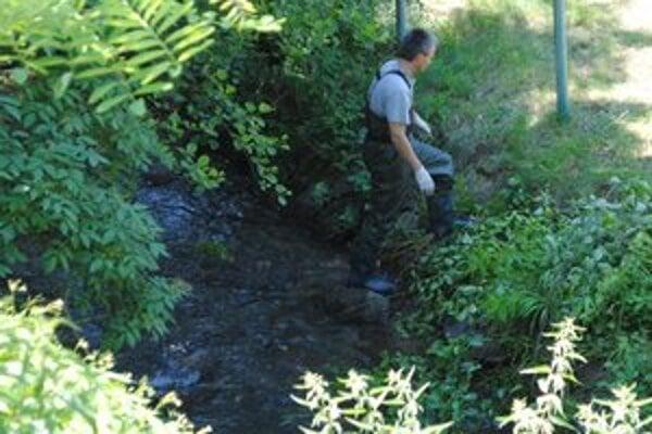 Potok. Bezvládne telo 51-ročného muža ležalo v potoku, v ktorom je voda sotva po kolená.