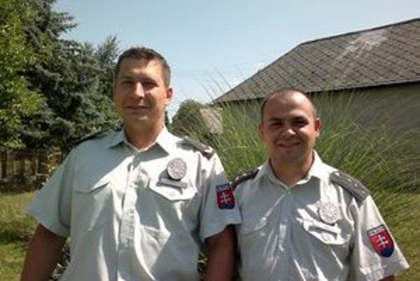 Podpráporčík Miloš Vasiľko (vľavo) a nadstrážmajster Matej Goža z Oddelenia hraničnej kontroly Policajného zboru Vyšné Nemecké.