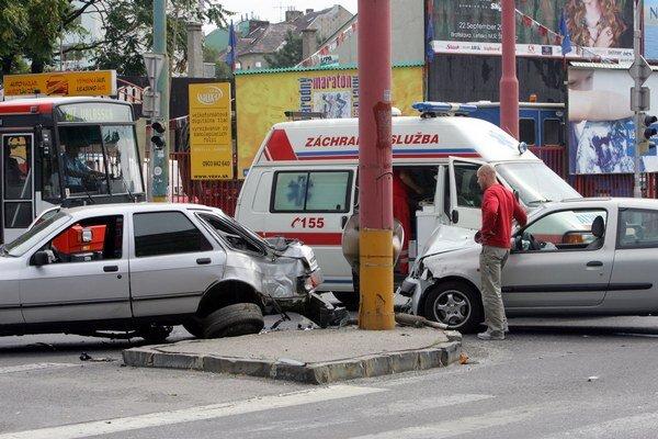 Muž ostal zakliesnený medzi dvomi autami.