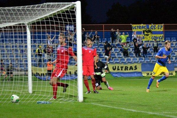Michal Hamuľak (vpravo) práve strelil tretí gól do siete Dubnice. Michalovčania vstúpili do súťaže výborne, vyhrali rozdielom triedy.