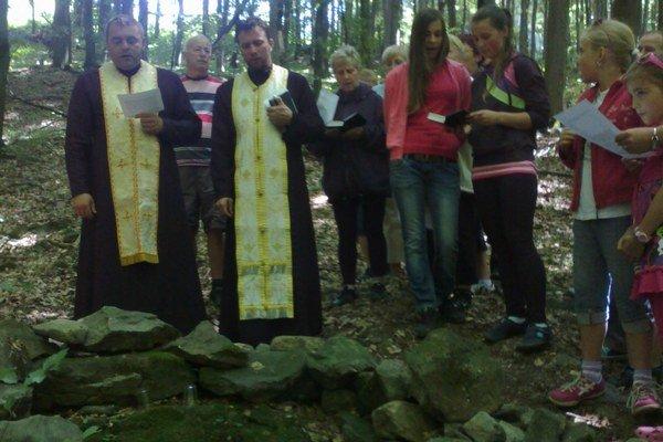 Studničku posvätili duchovní otcovia Jozef Fabišík z farnosti Choňkovce a  Ľuboslav Tóth z farnosti Koromľa.